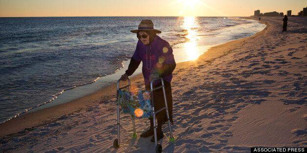 Αιωνόβια γιαγιά αγναvτεύει «μαγεμένη» για πρώτη φορά τον