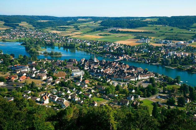 Η πόλη που βρίσκεται μέσα στην Ελβετία αλλά ανήκει στη