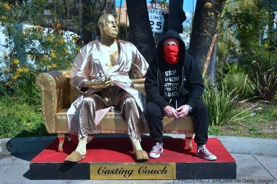 Oscars 2018: une statue d'Harvey Weinstein en peignoir installée sur Hollywood