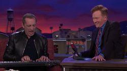 Gad Elmaleh s'amuse à chanter en faux anglais dans le late show de Conan O'Brien