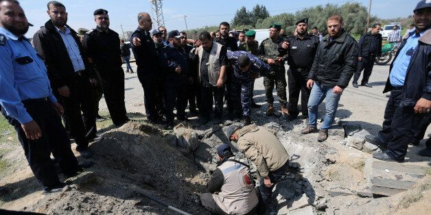 Le chef de la police du Hamas, Tayseer al-Batish, inspecte le site de l'explosion qui ciblait le convoi...