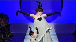 La mannequin Coco Rocha défile enceinte et avec sa fille Ioni Conran à la Fashion