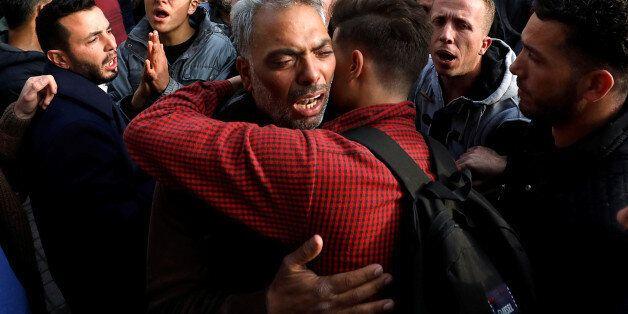 Des proches du Palestinien Moussab Firas Tamimi, tué pendant les affrontements avec les troupes israéliennes,...