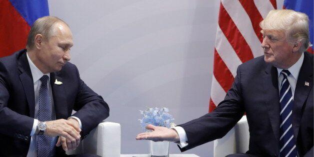 Le président russe Vladimir Poutine et le président américain Donald Trump lors du sommet du G20 à Hamburg,...
