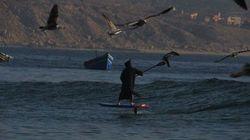 Avez-vous déjà vu un surfeur prendre une vague en djellaba?