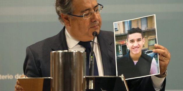Le ministre espagnol de l'Intérieur Juan Ignacio Zoido avec une photo de l'auteur de l'attentat de Barcelone,...