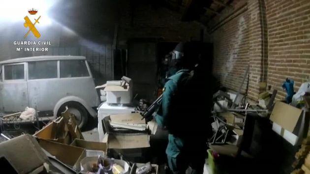 Un agente de la Guardia Civil, durante uno de los registros efectuados la pasada