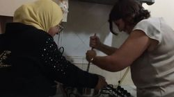 L'Ambassadrice du Canada Carol McQueen prépare l'assida traditionnelle tunisienne