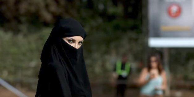 Hicham Lasri révèle le film derrière la femme en mini-burqa aperçue au festival L'Boulevard