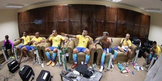 Les Brésiliens ont dû porter ces masques à oxygène après leur match et Neymar a trouvé ça
