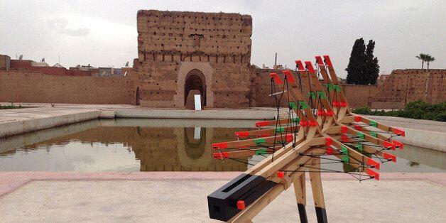 Une sculpture de l'artiste Max Boufathal au Palais El Badi de Marrakech pendant la 5e Biennale, en