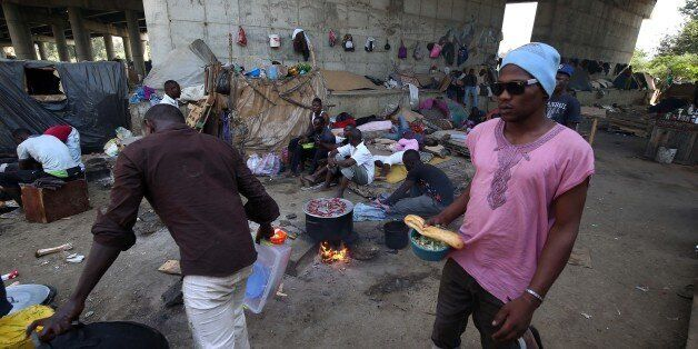 Des migrants installés sous un pont sur la périphérie d'Alger, le 24 juillet