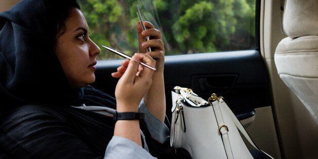 Une Saoudienne dans un taxi a Jeddah, Arabie Saoudite. 6 Aout 2017. Photographer: Tasneem Alsultan/Bloomberg...