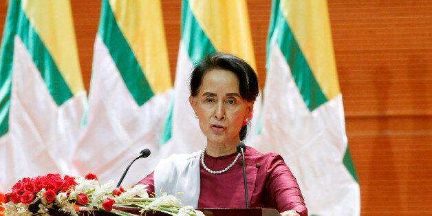 Fuite des Rohingyas de Birmanie: Aung San Suu Kyi sort enfin de son