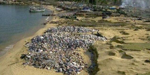Les tonnes de vetements envoyes en dons a l'Indonesie apres le tsunami de