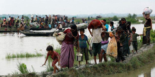 Des réfugiés rohingyas traversant la frontière entre la Birmanie et le Bangladesh, mercredi 6 septembre