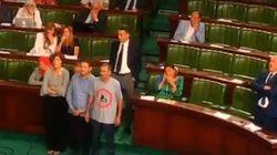 En chantant l'hymne national, des députés de l'opposition expriment leur refus de la loi sur la réconciliation