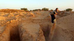 En Tunisie, un homme donne une sépulture aux migrants morts en