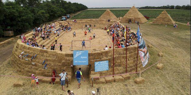 Pour dénoncer les coûts du Mondial 2018 en Russie, cet agriculteur a construit... un stade en
