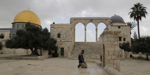 Un homme prie sur l'esplanade des Mosquées à Jérusalem, octobre