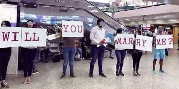 Non, un jeune homme n'a pas été arrêté pour avoir fait une demande en mariage à sa fiancée à l'aéroport