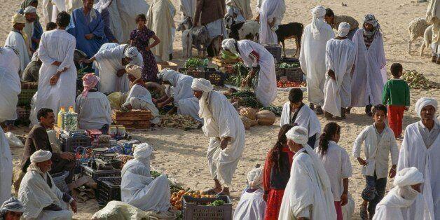 Des hommes au marché d'El Khoubna entre Touggourt et El Oued, le 18 mars