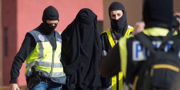 Des policiers espagnols arrêtent une femme soupçonnée de liens avec Daech, à Melilla, en décembre