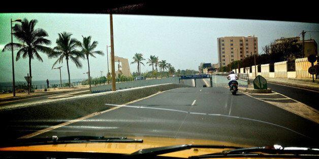 Une moto sur la corniche de