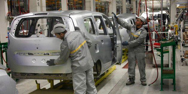 Des ouvriers travaillent dans l'usine Renault de Melloussa, à 30 km de