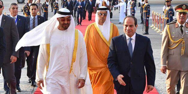 Le président égyptien Abdel Fattah al-Sisi marché avec le prince d'Abu Dhabi cheikh Mohammed ben Zayed...