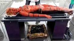 Ils font rôtir un humain au barbecue pour dénoncer la consommation de