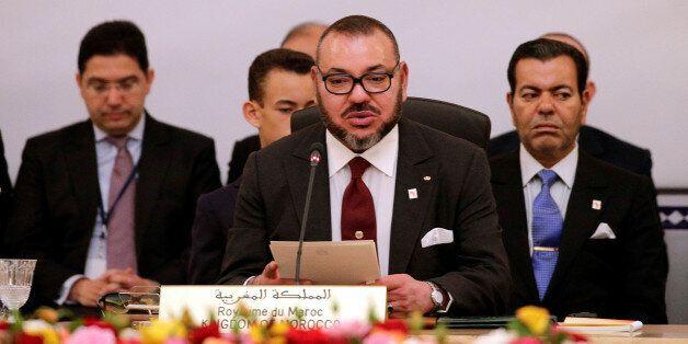 Le roi Mohammed VI entouré du prince Moulay Rachid (droite) et de Nasser Bourita (gauche), actuel ministre...