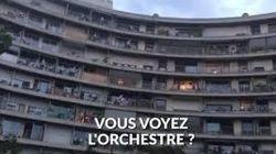 48 musiciens qui jouent en même temps sur les balcons d'un immeuble, ça donne