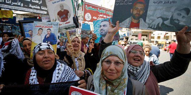 Des Palestiniens célèbrent la suspension de la grève de la faim des détenus palestiniens en Israël. REUTERS/Mohamad