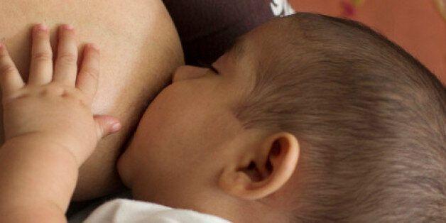 La mortalité maternelle baisse mais reste