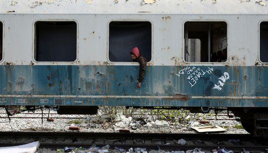 Des migrants maghrébins se réfugient dans des trains abandonnés en Grèce