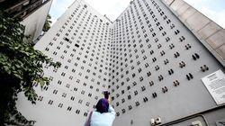 440足のハイヒールが、DVで殺された女性の無念を訴える。ビルの壁一面を使ったアート作品