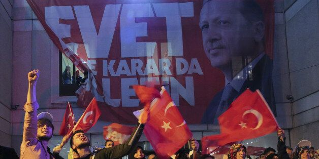 Supporters of Turkish President Tayyip Erdogan celebrate in Istanbul April 16, 2017. REUTERS/Huseyin