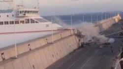 Les images impressionnantes d'un ferry qui s'encastre dans une digue aux