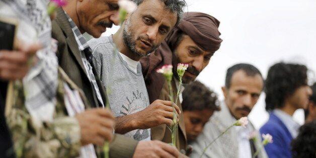 Des membres de la communauté baha'ie au Yémen se rassemblent en soutien à un fidèle arrêté. Sanaa, avril