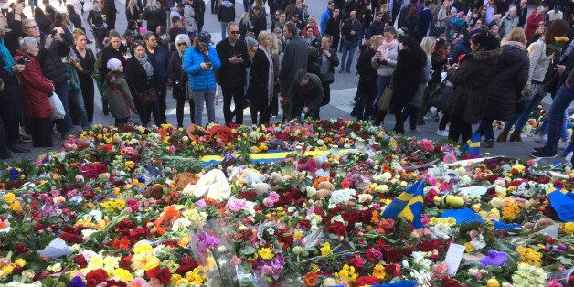 Bougies, fleurs, pleurs et silence... Stockholm tente de revenir sur ses