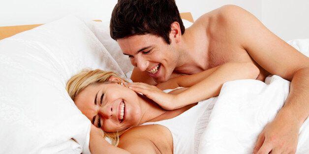 (GERMANY OUT) Paar hat Spass im Bett. Lachen, Freude und Erotik im Schlafzimmer (Photo by Wodicka/ullstein...