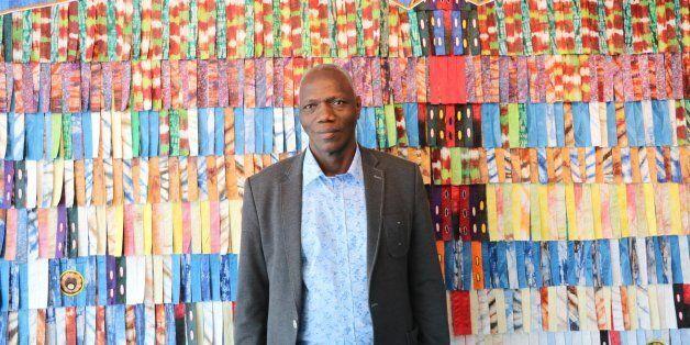 À la Galerie 38 de Casablanca, Abdoulaye Konaté devant l'une de ses œuvres, inspirée du