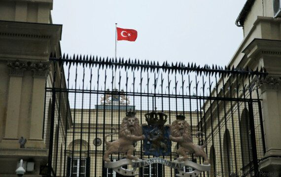 Le drapeau turc hissé par des manifestants sur le consulat des Pays-Bas à