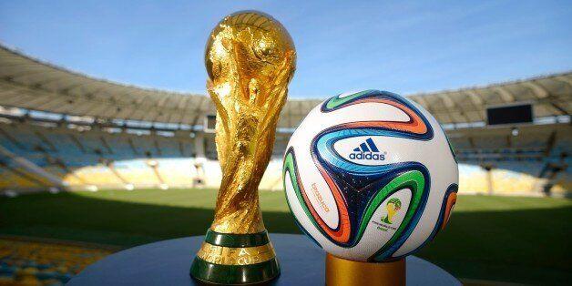 Stade Maracana à Rio de Janeiro. Le trophée pose en compagnie du ballon de l'édition 2014 de la Coupe...