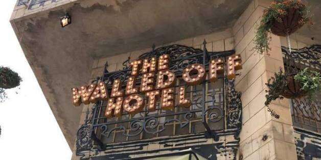 L'un des plus grands noms de l'art urbain ouvre un hôtel insolite en Cisjordanie à quelques mètres du...