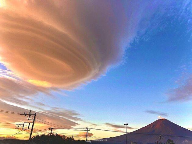 富士山の左側に見える吊るし雲 山梨県富士河口湖町(24日5時頃に撮影)