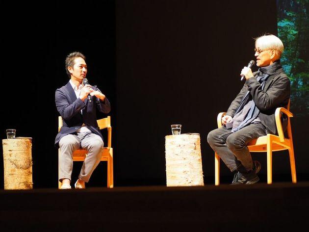 イベントで話す坂本龍一代表(右)と水谷伸吉事務局長