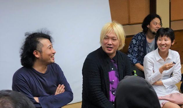 「ReFreedom_Aichi」の公開ミーティングで、あいちトリエンナーレ2019の芸術監督を務める津田大介さんと話す加藤翼さん(左)