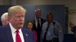 Trump passa davanti a Greta: lo sguardo dell'attivista dice